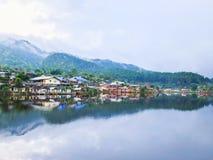 Innaffi la riflessione e vista e villaggio del fiume a Lee Wine Ruk Thai Resort Fotografie Stock Libere da Diritti