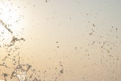 Innaffi la spruzzata alla spiaggia - goccioline al sole fotografia stock