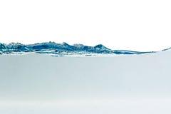 Innaffi la spruzzata con le bolle di aria, isolate sui precedenti bianchi fotografie stock libere da diritti
