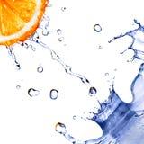 Innaffi la spruzzata e le gocce sull'arancio isolato su bianco Immagine Stock