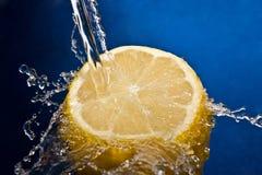 Innaffi la spruzzata sul limone Fotografie Stock Libere da Diritti