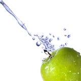 Innaffi la spruzzata sulla mela verde isolata su bianco Immagine Stock Libera da Diritti