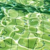 Innaffi la superficie con le onde e le riflessioni come fondo astratto. Fotografie Stock Libere da Diritti