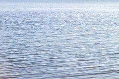 Innaffi la superficie regolare dell'estuario calmo di Stanislav immagine stock
