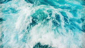 Innaffi la superficie, la vista sul mare dell'acqua selvaggia e l'onda di oceano video d archivio