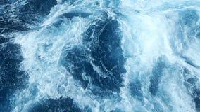 Innaffi la superficie, la vista sul mare dell'acqua selvaggia e l'onda di oceano archivi video