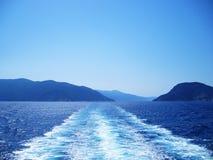Innaffi la traccia che spuma dietro un traghetto in mar Egeo Fotografie Stock
