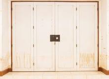 Innaffi le macchie sulle porte e le pareti dopo l'inondazione Immagini Stock Libere da Diritti