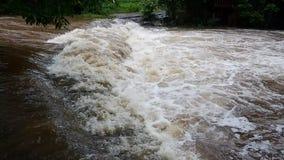Innaffi le masse sotto timore di scorrimento della corrente dell'acqua di inondazioni video d archivio