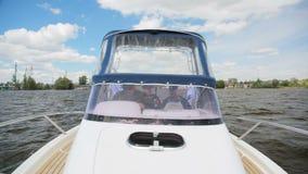 Innaffi le vele del motoscafo della polizia sul fiume contro il cielo blu del paesaggio stock footage