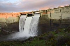 Innaffi lo sbocco in una pianta della produzione di energia a Segovia Spagna immagine stock