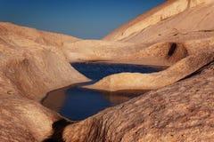 Innaffi in montagne del deserto fotografie stock libere da diritti
