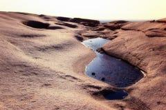 Innaffi in montagne del deserto fotografie stock