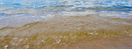 Innaffi nel fiume con una riflessione del cielo blu Fotografia Stock Libera da Diritti