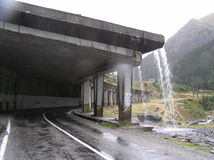 Innaffi scorrere dal tetto del tunnel Fotografia Stock Libera da Diritti