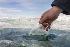 Innaffi in una bottiglia del lago Baikal congelato Fotografia Stock Libera da Diritti