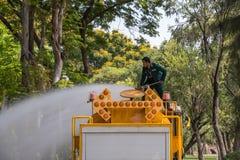 Innaffiatura del prato inglese in camion cisterna dell'acqua Fotografia Stock