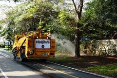 Innaffiatura del prato inglese sulla strada in camion cisterna dell'acqua al parco di Somdet-yah Fotografia Stock Libera da Diritti