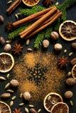 Сinnamon, muskotnöt, stjärnaanis, kardemumma och kryddnejlikor. Julkryddor Arkivfoto