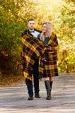 Innamorarsi autunno Camminare insieme fotografia stock