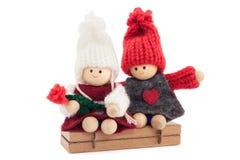 Innamorati ragazzo e ragazza di legno, tricottato, impegnato, sulla parte posteriore di bianco Fotografia Stock Libera da Diritti