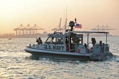 Inne vid kusten säkerhet för USA-MARIN som patrullerar i från Djibouti port Arkivbilder