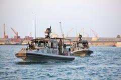 Inne vid kusten säkerhet för USA-MARIN som patrullerar i från Djibouti port Arkivbild
