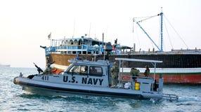 Inne vid kusten säkerhet för USA-MARIN som patrullerar i från Djibouti port Arkivfoton