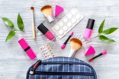 Innehåll av påsen för skönhet för wonam` s Skönhetsmedel, preventivmedel och preventivpillerar på bästa sikt för trätabellbakgrun Royaltyfri Foto