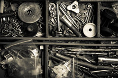 Innehållet av den gamla toolboxen Top beskådar tonat Royaltyfri Foto