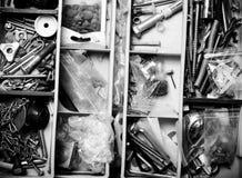 Innehållet av den gamla toolboxen Top beskådar tonat Fotografering för Bildbyråer