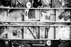 Innehållet av den gamla toolboxen Top beskådar tonat Arkivfoton