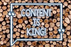 Innehållet för handskrifttexthandstil är konungen Information om begreppsbetydelsemarknadsföring som annonserar strategiträbakgru royaltyfria foton