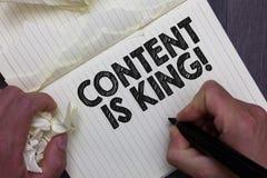 Innehållet för textteckenvisningen är konungen Begreppsmässiga fotoord vad säljer produkter, och ger bra marknadsföra hållande ma stock illustrationer