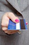 Innehav en kreditkort Royaltyfri Bild