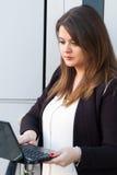 Innehav för affärskvinna och se bärbara datorn Arkivfoton