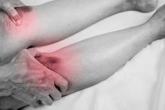 innehav för hög man som han knäa smärtar på område arkivfoton