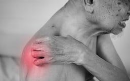 Innehav för hög man som han knuffar smärtar på område med röd effekt arkivfoto