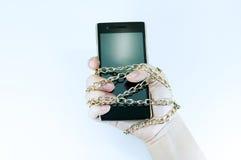 Innehav för kvinna för hand för smartphone för låskedja, informationssäkerhet Royaltyfria Bilder