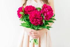 Innehav för ung kvinna i handbukett av pioner rosa kvinna för klänning Sött romantiskt ögonblick Royaltyfri Bild