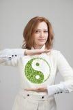 Innehav för ung kvinna som ying det yang symbolet Royaltyfri Foto
