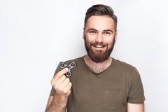 Innehav för ung man och spela med rastlös människaspinnaren royaltyfri fotografi