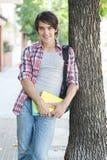 Innehavböcker för ung man på gatan Royaltyfri Foto