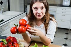 Innehavgrupp för ung kvinna av tomater Royaltyfri Bild