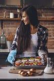 Innehavpanna för ung kvinna med den hemlagade kakan för påsk Arkivfoto