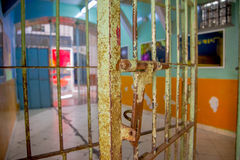 Innen- Ansicht der alten verlassenen schroffen Zelle für prisioners, im alten Gefängnis Straf-Garcia Moreno in der Stadt von Quit Stockfoto