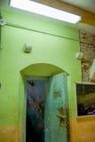 Innen- Ansicht des alten verlassenen schroffen verrosteten errichtenden Eingangs für den Raum von prisioners, im alten Gefängnis  Lizenzfreies Stockbild