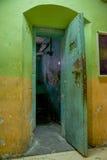 Innen- Ansicht des alten verlassenen schroffen verrosteten errichtenden Eingangs für den Raum von prisioners, im alten Gefängnis  Stockfoto