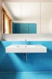 Innen-, blaues Badezimmer Stockbilder