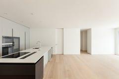 Innen-, breites Wohnzimmer mit Küche stockfoto